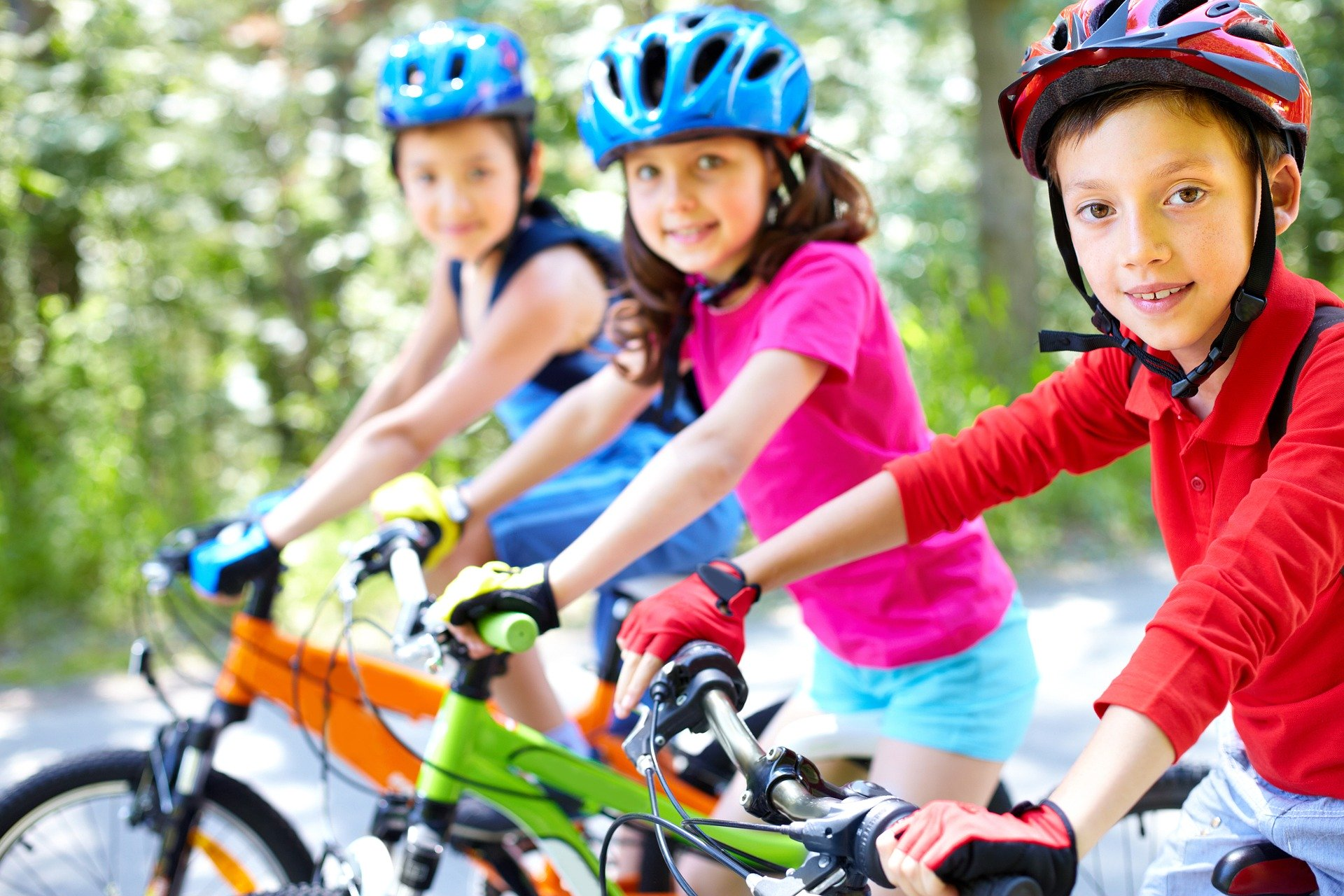 Kinder auf Fahrrädern lächeln in die Kamera
