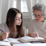 Oma unterrichtet Enkelin - Present Progressive