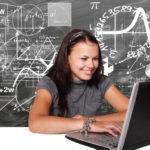Mädchen am Rechner - Primzahlen bis 100