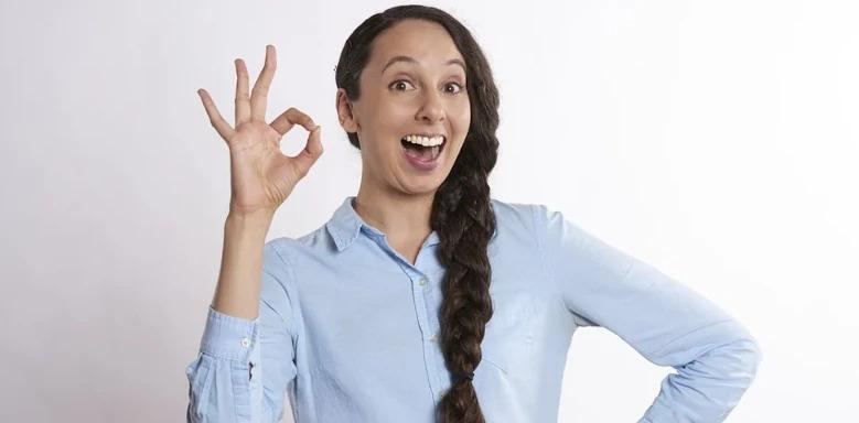 Frau, die OK-Zeichen gibt