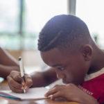 Kleiner Junge beim Lösen von Aufgaben - Relativpronomen Deutsch