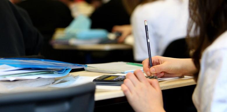 Mädchen beim Lösen von Matheaufgaben