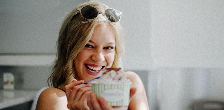 Frau isst Eis - klassische Konditionierung Beispiel