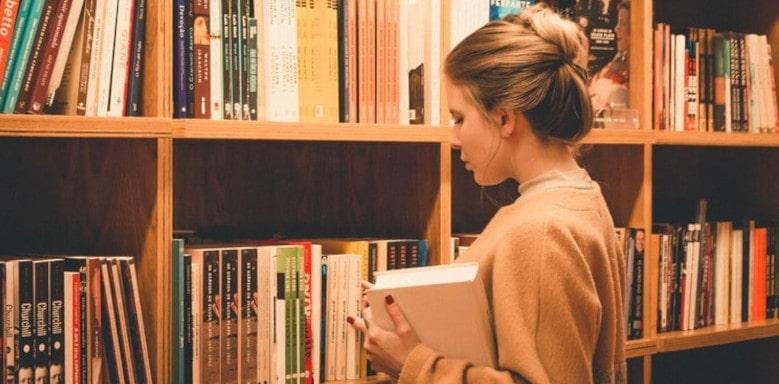 Jugendliche vor einem Bücherregal