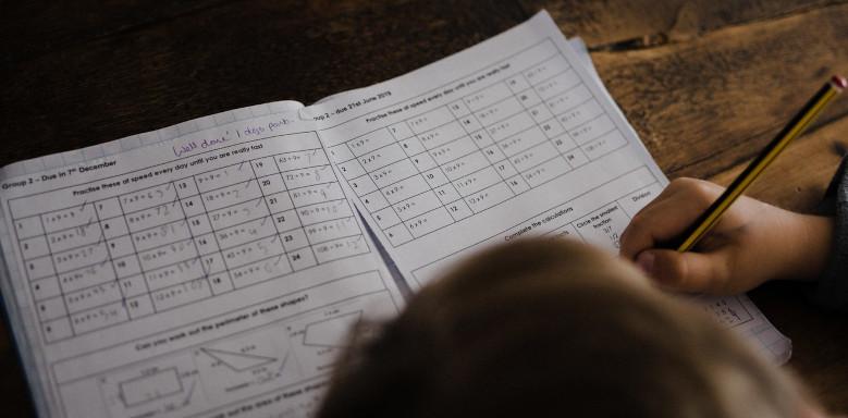 Junge beim Lösen von Matheaufgaben