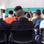 Jugendliche in einer Vorlesung