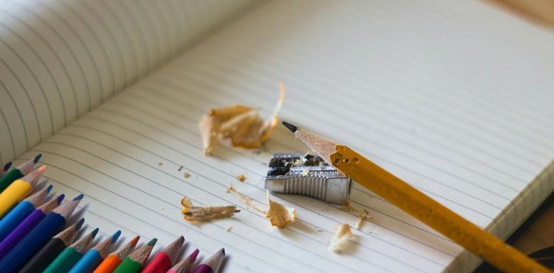 Angespitzter Bleistift auf einem Block