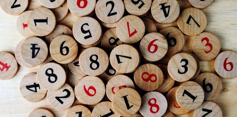 Zahlen runden - verschiedene Zahlen auf Holz