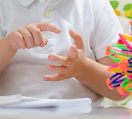 Kinder mit Rechenstörung zählen meist jede Zahl erneut an den Fingern ab