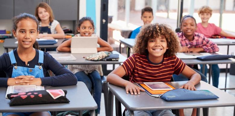 Schüler sitzen an ihren Tischen