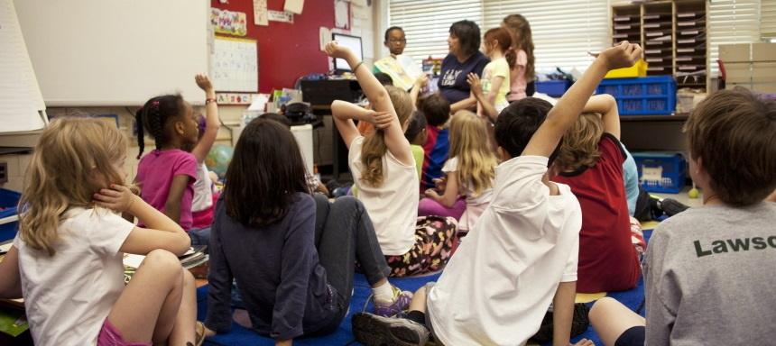Eine Gruppe von Grundschülern braucht Federmäppchen