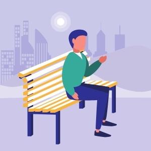 Ein Junge sitzt auf einer Parkbank