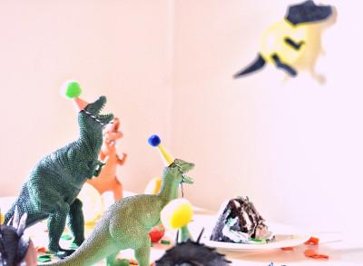 Dinosaurier mit Hüten