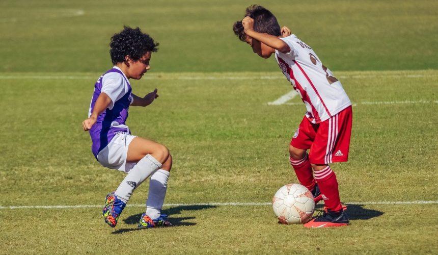 Zwei Jungen spielen Fußball