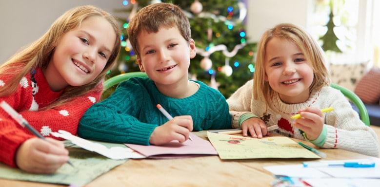 Kinder am Schreiben und Zeichnen
