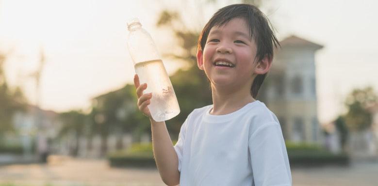 Kind mit Trinkflasche
