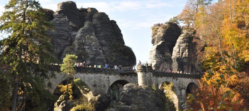 seitlicher Blick auf die Basteibrücke