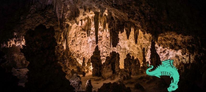 Bild einer Tropfsteinhöhle mit einem grünen Drachen