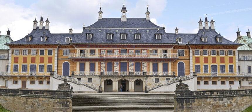 Blick frontal auf das Schloss Pillnitz