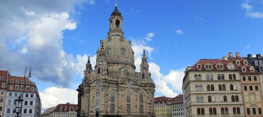 Blick frontal auf die Frauenkirche Dresden