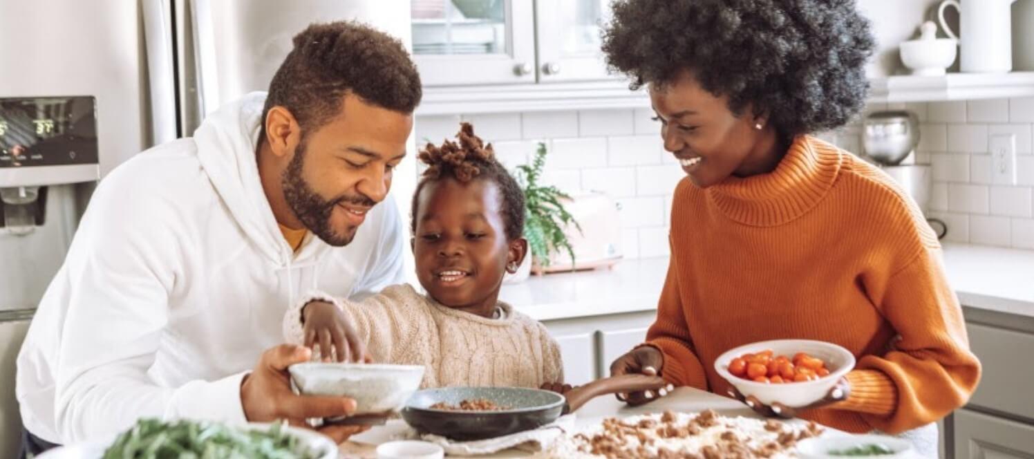 Eltern und Kind bereiten Essen vor