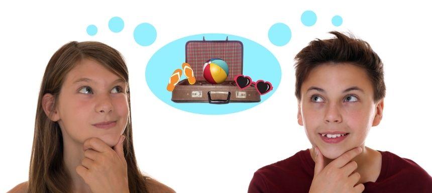 zwei Kinder überlegen, zwischen ihnen ist eine Gedankenblase mit einem Koffer und Sonnenbrille, Ball und Sandalen