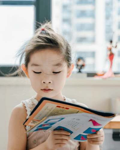 Lesen lernen Mädchen mit Buch