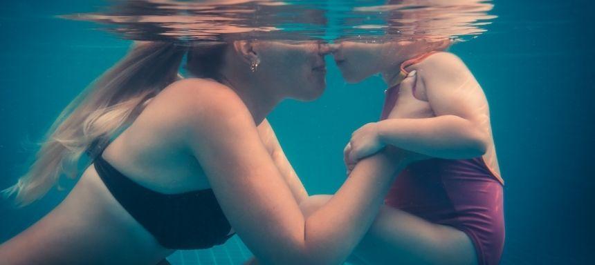 Mutter und Kind unter Wasser, Nasen aneinander gedrückt