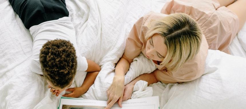 Mutter und Kind lesen ein Buch