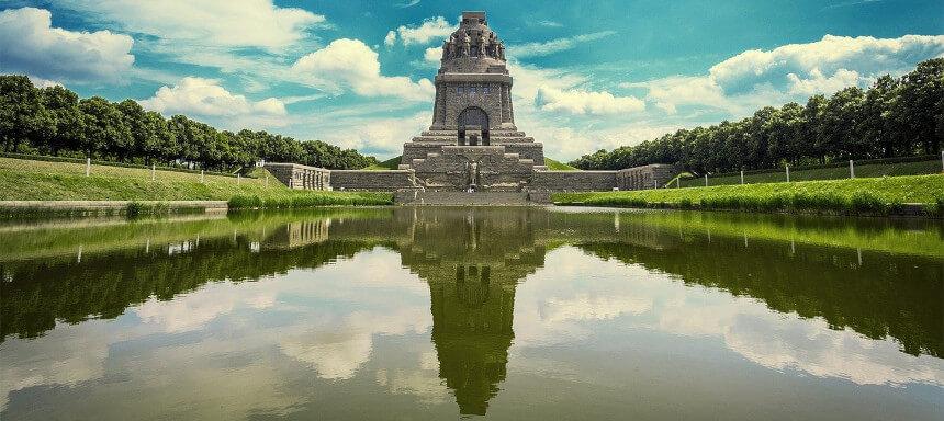 Blick auf das Völkerschlachtdenkmal Leipzig vor dem See der Tränen