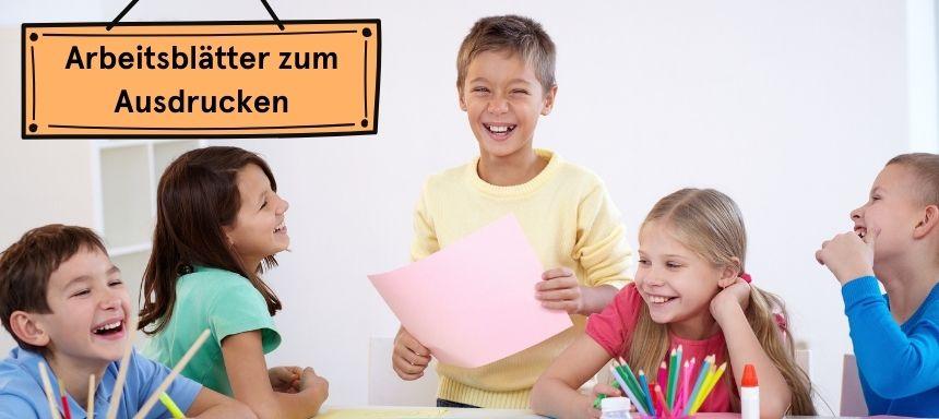 vier Kinder sind an einem Tisch, oben links steht Arbeitsblätter zum Ausdrucken