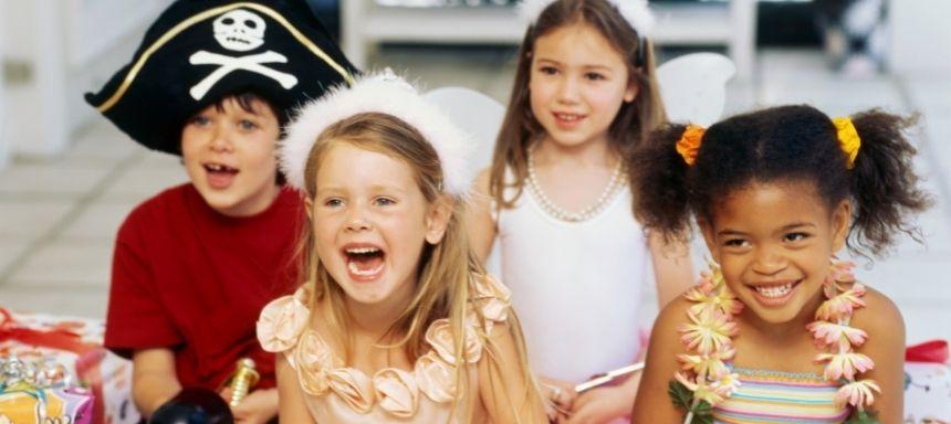 vier verkleidete Kinder lachen