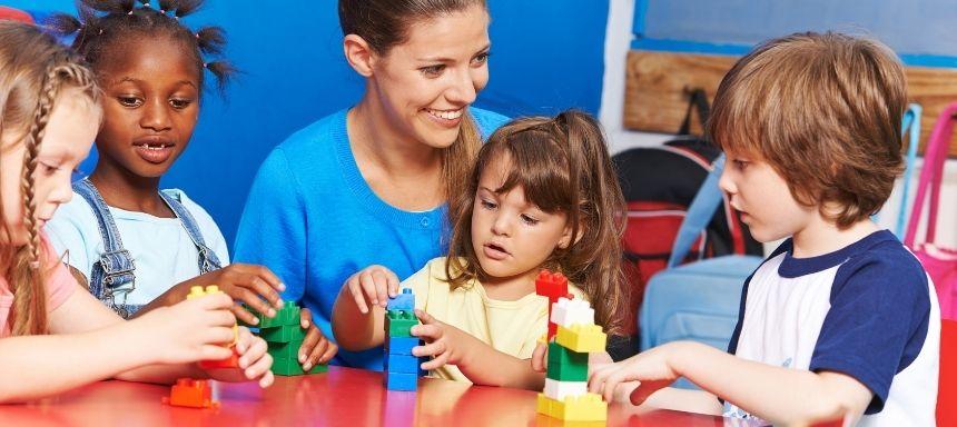 Frau baut mit Kinder Türme