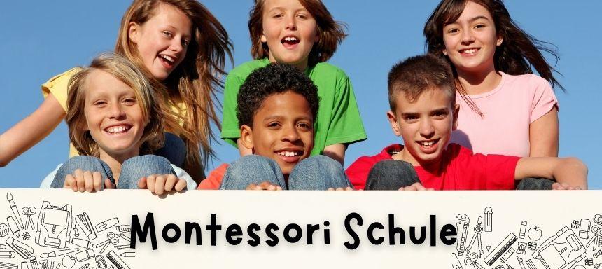 sechs Kinder mit Schild unten wo steht: Montessori Schule