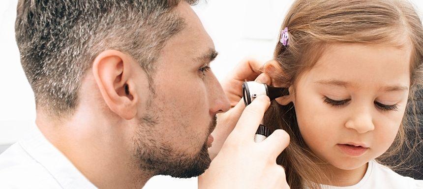 Arzt untersucht Ohr eines Kindes