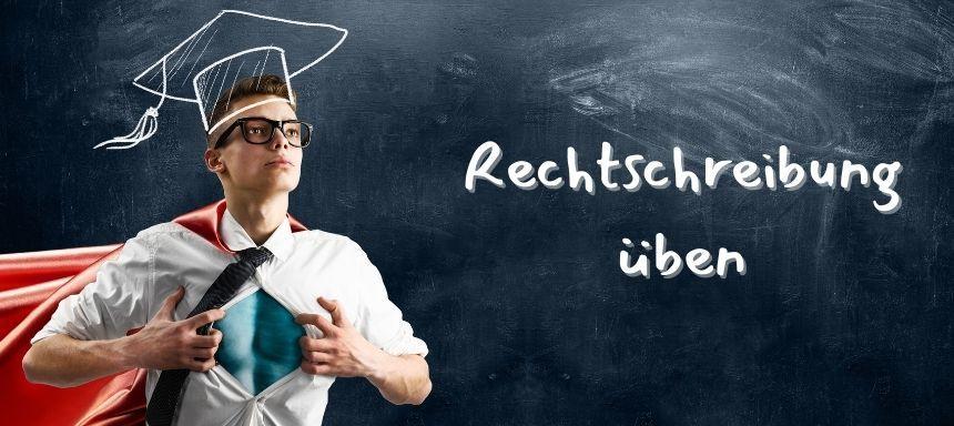 Tafelhintergrund, links steht ein Junge wie ein Superheld mit geöffnetem Hemd und rechts steht Rechtschreibung üben
