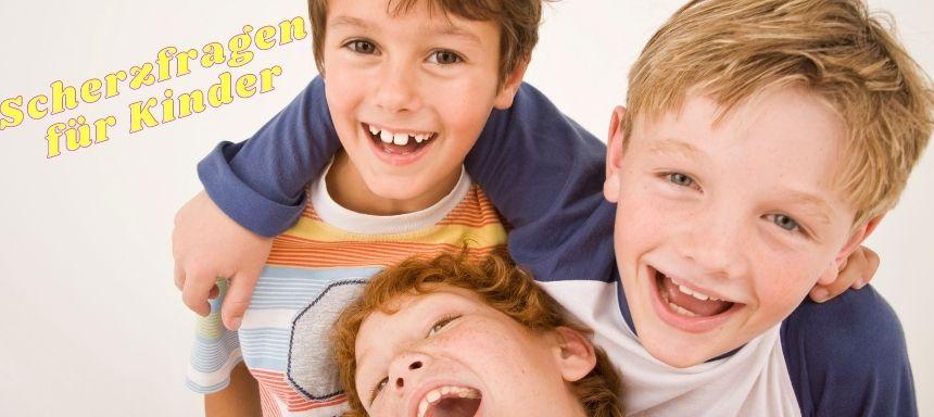 drei Jungs lachen, links oben steht Scherzfragen für Kinder