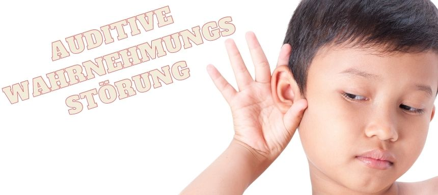 Kind hält Hand an Ohr, daneben steht auditive Wahrnehmungsstörung