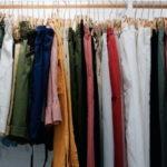 Kleidung an der Stange