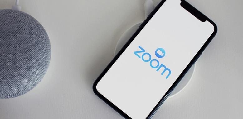 Smartphone mit Zoom-App