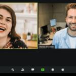 Frau und Mann in Videokonferenz