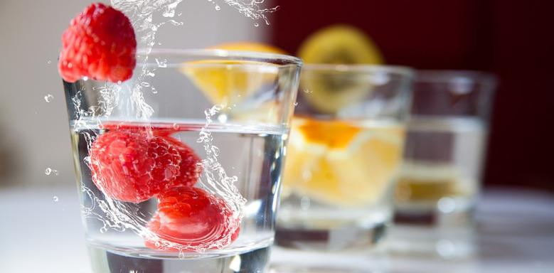 Gläser Wasser mit Früchten