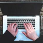 Laptop und verschiedene Sachen