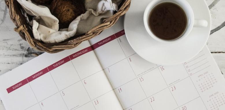 Kalender und Tasse Kaffee