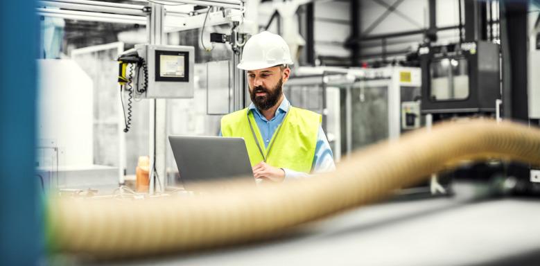 Industrieingenieur mit Laptop