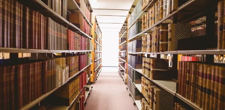 Gang in einer Bücherei